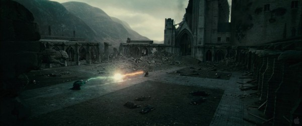 Harry Potter and Lord Voldemort dueling from Harry Potter and the Deathly Hallows movie wallpaper