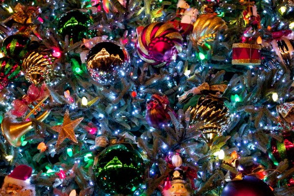 christmas tree wallpaper with ornaments