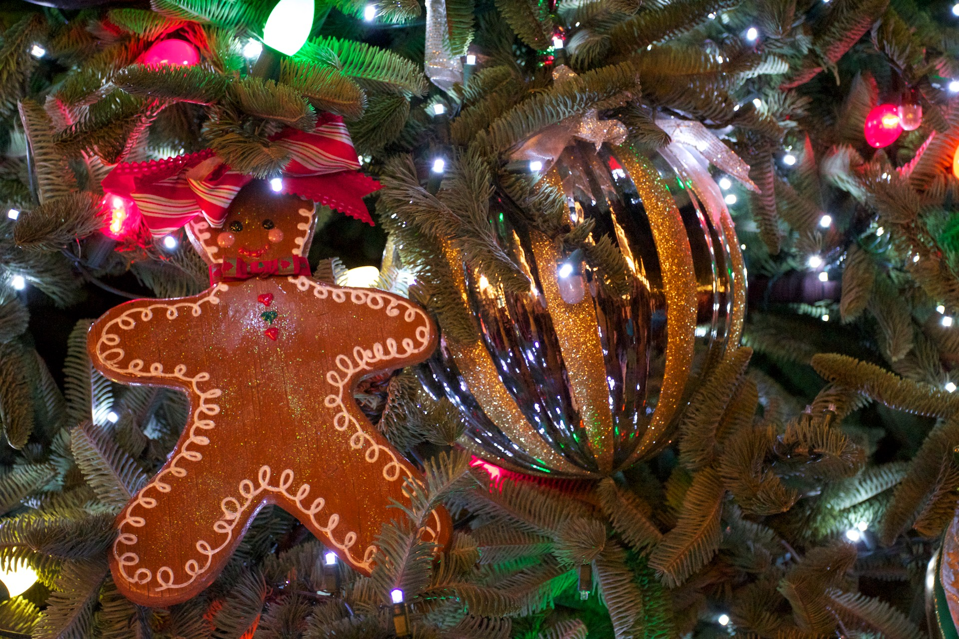 Christmas Tree Wallpaper With Ornaments And Gingerbread Man